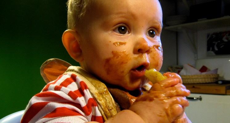 El desarrollo de la alimentación evoluciona desde la succión del pulgar, la alimentación con cucharilla hasta la ingestión de alimentos sólidos.