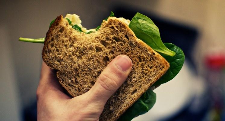 Todos los alimentos contienen nutrientes, pero ninguno suministra por sí solo todos los minerales y las vitaminas que nuestro organismo necesita.