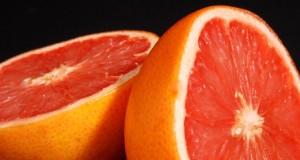 Si se toman medicamentos y se consume pomelo con frecuencia, hay que consultar con el médico para evitar posibles interacciones.