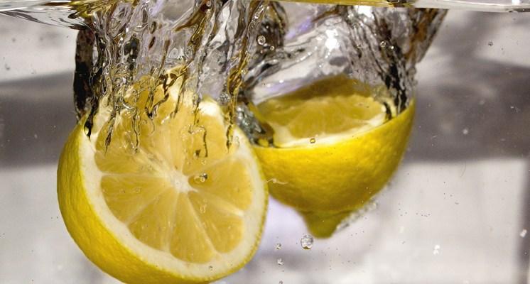 El jugo de limón es muy eficaz contra microbios y ciertos virus .