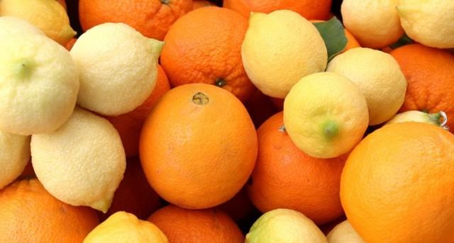 La vitamina C ayuda a prevenir enfermedades del corazón y el cáncer, pues protege las células del cuerpo contra la oxidación.